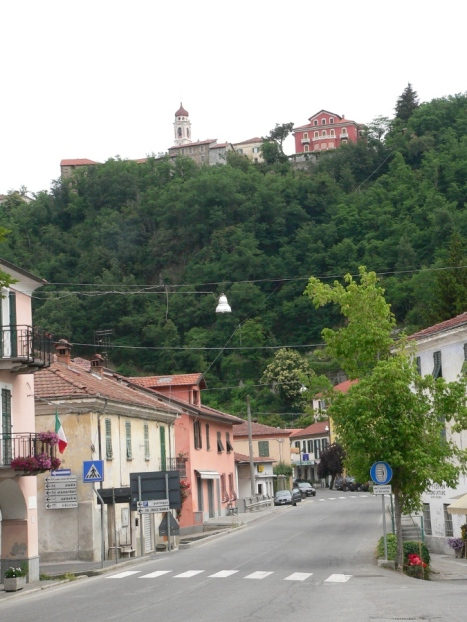 Town of Dego, roadway and castle on hill above town. Picture by Walter Cresini.
